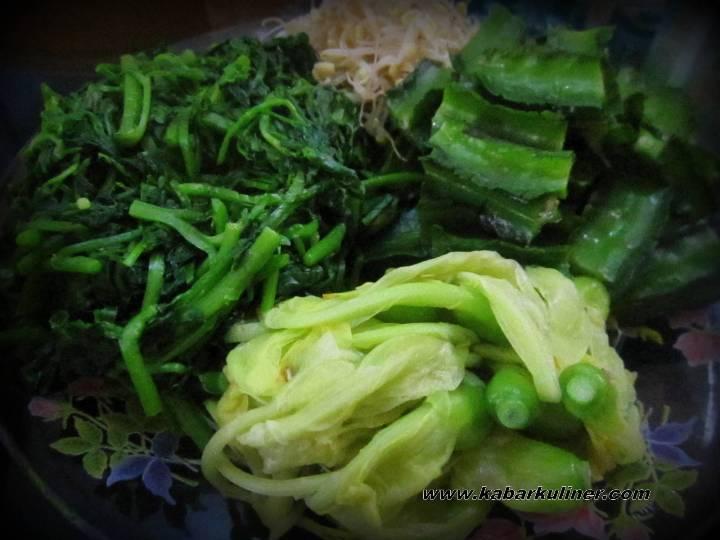 Aneka sayuran untuk Gendar Pecel. Ada bunga turi, kecipir, jembak (selada air), dan kecambah.