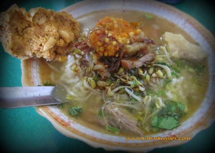 Semangkuk Soto Rumput khas Boyolali dengan lauk mentho