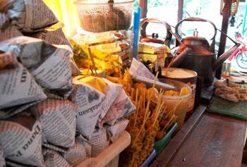 Menu di Angkringan: nasi kucing, gorengan, dll