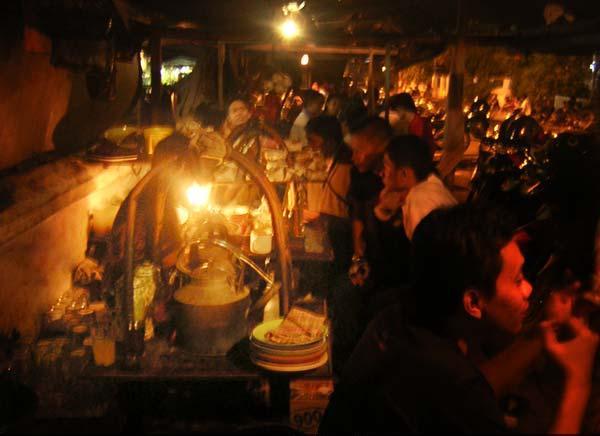 Suasana di Angkringan (Foto: www.angkringan.info)