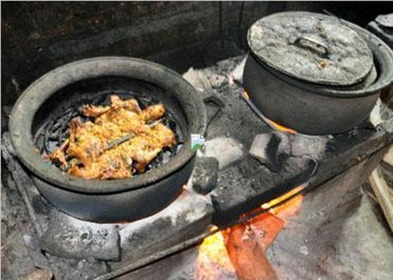 Ayam dipanggang di dalam kuali hingga menimbulkan aroma khas yang menggugah selera