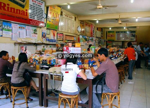 Suasana di dalam Warung Asem-Asem Koh Liem, Semarang (foto: semarang.yogyes.com)