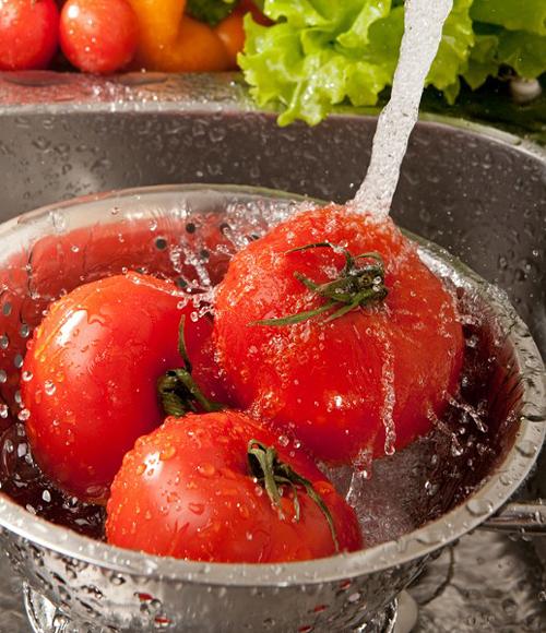 Mencuci buah dan sayuran (foto: berryripe.com)