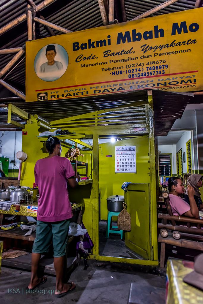 Tempat memasaknya Bakmi Mbah Mo yang terbuka (foto: makanlagilagimakan.wordpress.com)