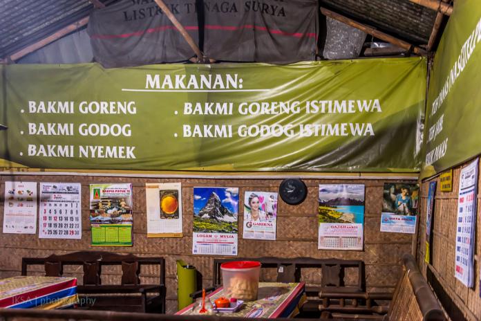 Suasana dalam Warung Bakmi Mbah Mo Bantul (foto: makanlagilagimakan.wordpress.com)