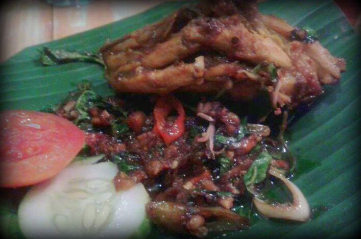 Ayam bumbu pedas kecombrang ala Kecombrang Resto - Ypgyakarta (foto: Intania)
