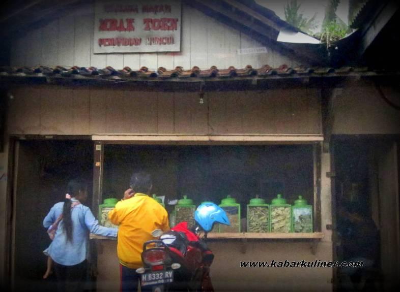 Warung Makan Mbak Toen, Muncul - Salatiga. Warung yang terkenal dengan menu pecel keong dan olahan ikan lainnya