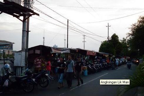Suasana jalan di sebelah Stasiun Tugu Yogyakarta  yang menjadi lokasi Angkringan  Lik Man
