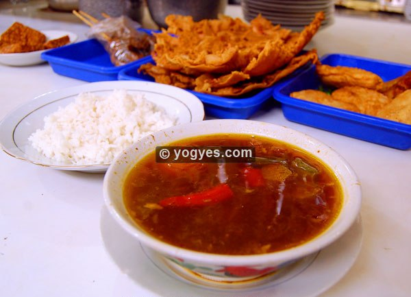 Asem-Asem Daging Koh Liem dan beberapa menu pelengkap (foto: semarang.yogyes.com)
