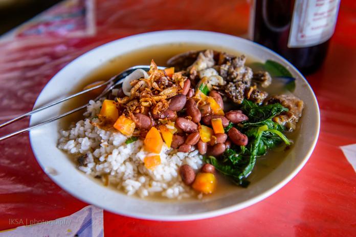 Sop Senerek Bu Atmo yang disajikan jadi satu dengan nasi dan berkuah banyak. Sangat nikmat dan menyegarkan (foto:  makanlagilagimakan.wordpress.com)