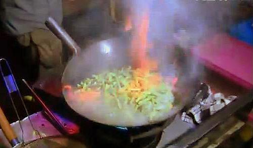 Memasak buncis bakar di Nasi Kalong Bandung