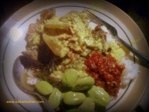 Nasi Gudeg yang dikombinasikan dengan krecek dan koyor di Warung Makan Mbak Tum - Semarang