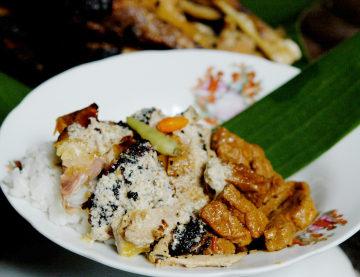 Opor ayam panggang khas Kudus (foto: food.detik.com)